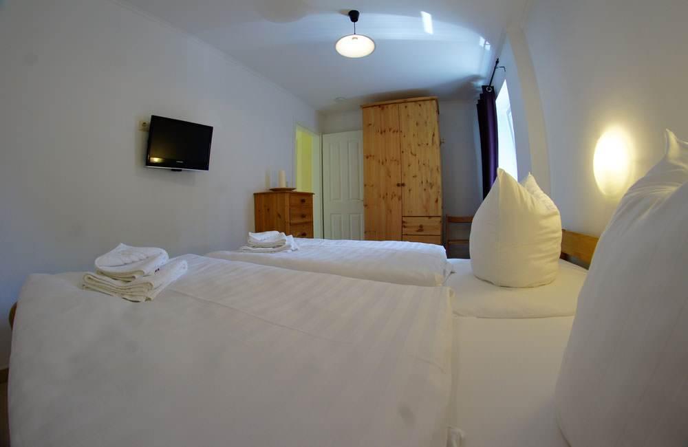 doppelbett-ferienwohnung-ruegen-haus-friederich-goehren-fewo-schwanennest