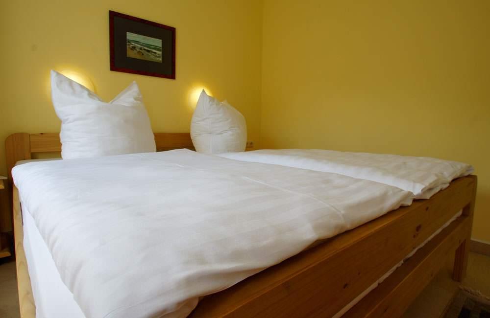 grosses-schlafzimmer-ferienwohnung-ruegen-haus-friederich-goehren-fewo-schwanennest