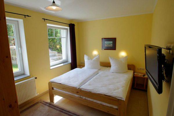 schlafzimmer-ferienwohnung-auf-ruegen-haus-friederich-goehren-fewo-schwanennest