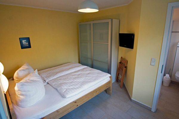 schlafzimmer-unterkunft-ruegen-haus-friederich-goehren-ferienwohnung-schwalbennest